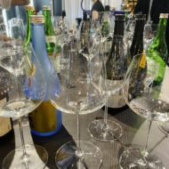 左がヴィノム ピノ・ノワール用グラス、右がヴェリタス オークド・シャルドネ用グラス